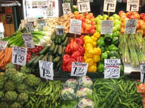 16_Pike_Place_Market_greengrocer_vegetable_display